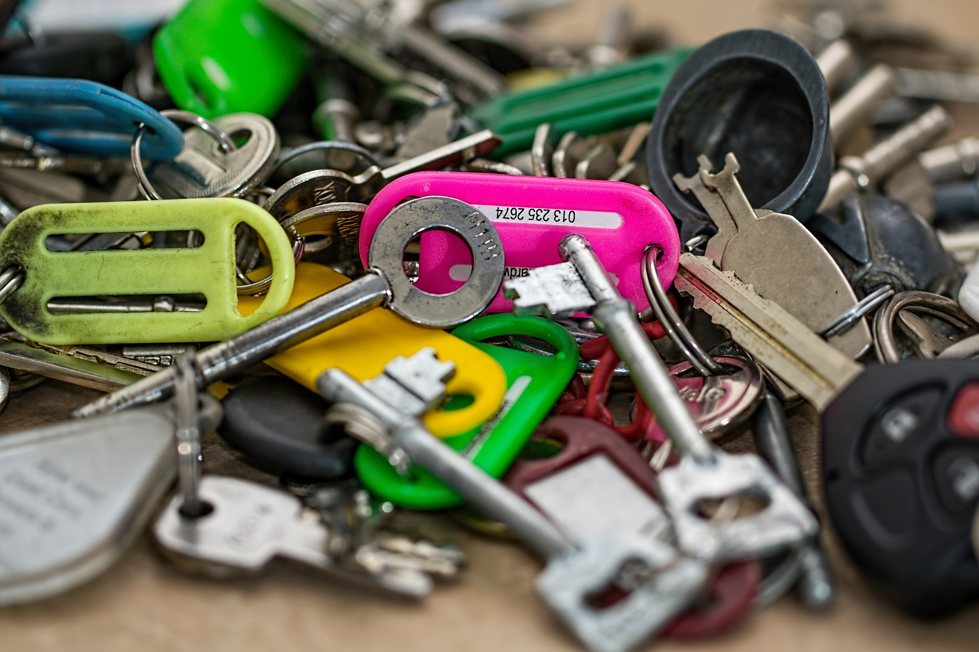a bunch of keys and keychains